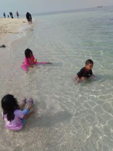 Pasir putih dan air jernih pantai gili labak
