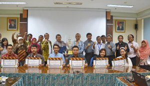 Penyerahan reward best blog oleh Rektor UNAIR
