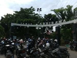 Parkir yang luas didepan pintu masuk